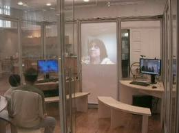 la imagen muestra el cuarto transparente, con grandes monitores y asientos para 4 niños del metodo SOLE