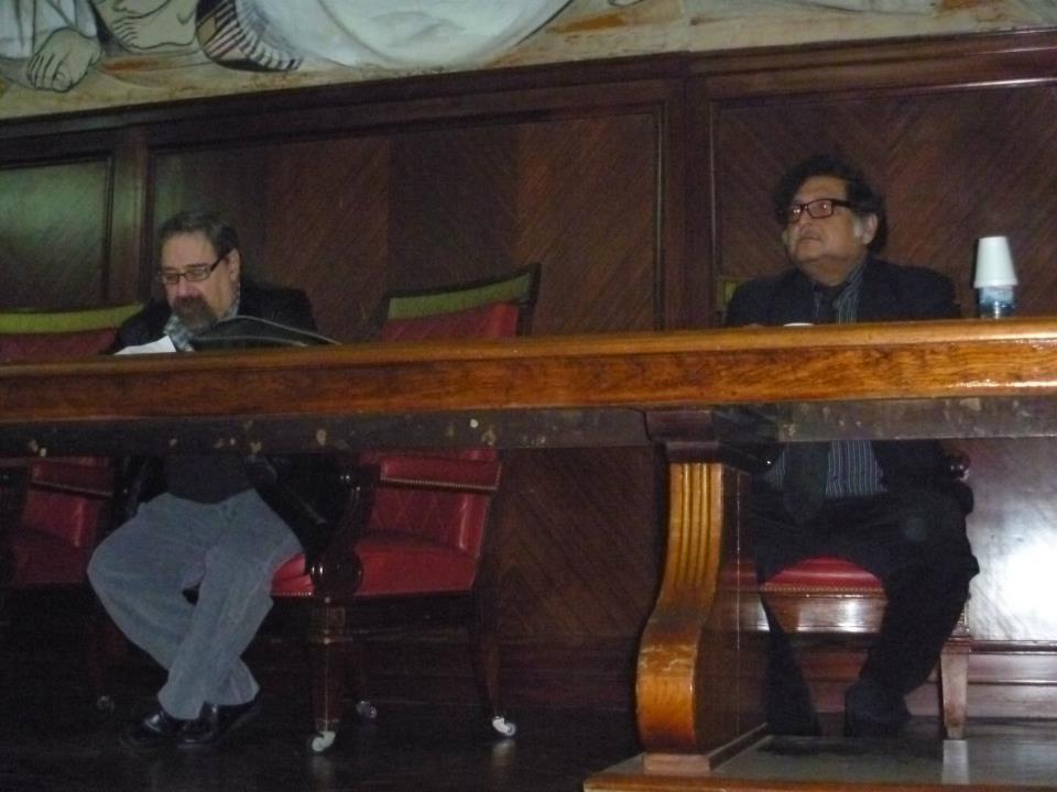 presentando a Sugata Mitra en Buenos Aires, la foto nos muestra a los dos en la facultad de Derecho de la UBA